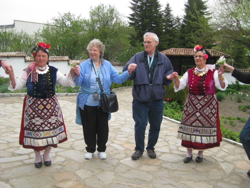 201604.08 Aftar Village (Bulgaria) Richard with local entertainers (7)