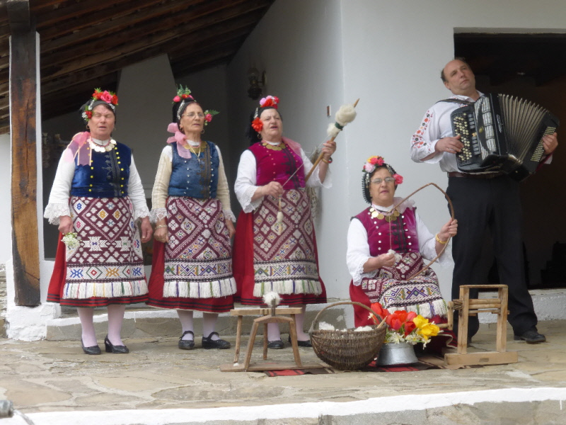201604.08 Aftar Village (Bulgaria) entertainment by locals in national costumes (9)